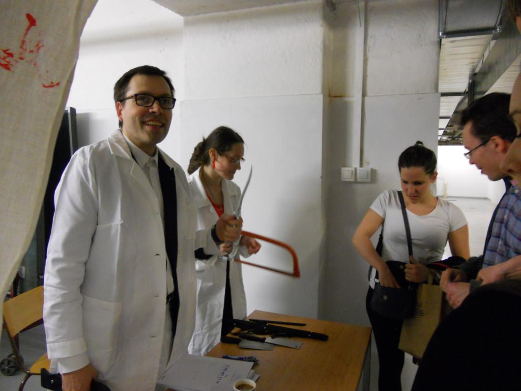 Šílený patolog s asistentkou.